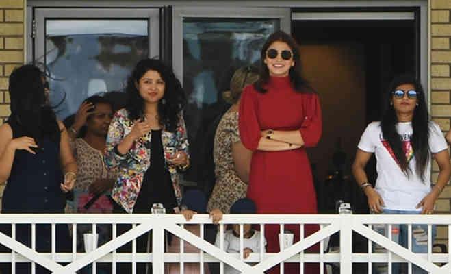 पूरा स्टेडियम खाली था बस अनुष्का बैठकर देख रहीं थी कोहली का मैच