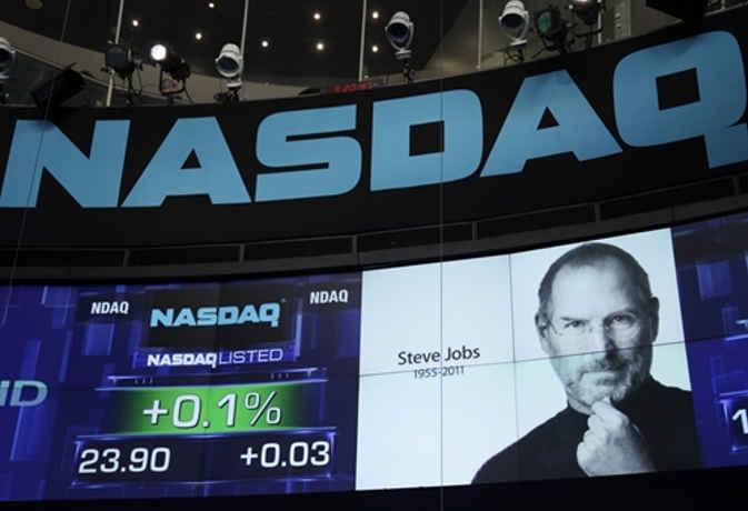 एक खरब डाॅलर की हुर्इ Apple! CEO टिम कुक की नजर इस उपलब्धि पर नहीं, कहीं आैर है फोकस