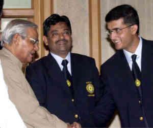 जब अटल जी का दिया गया बैट लेकर पाकिस्तान मैच खेलने चले गए थे सौरव गांगुली