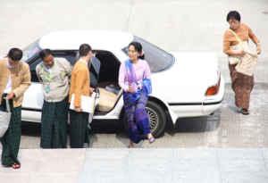 म्यांमार में लोकतंत्र का चेहरा रहीं ये महिला, अपने देश के खातिर दस से अधिक सालों तक रहीं नजरबंद