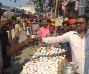 अयोध्या LIVE: रामभक्तों की सेवा में जुटे अयोध्यावासी, भीड़ को संभालने में पुलिस जुटी
