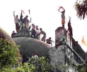 अयोध्या : 165 साल बाद भी नहीं सुलझा मंदिर-मस्जिद का विवाद, जानें इसका पूरा इतिहास