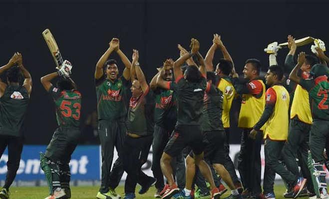 जीत से बेकाबू हुए बांग्लादेशी खिलाड़ियों ने पहले किया डांस फिर लड़ाई,आखिर में तोड़ दिया शीशा