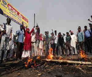 एससी/एसटी एक्ट: हिंसक होते 'भारत बंद' में दो लोगों की मौत कई घायल, तस्वीरों में देखें कई राज्यों के बिगड़े हालात