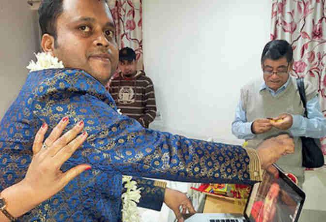 बीमार मां की ख्वाहिश पूरी करने को बेटे ने लैपटॉप पर भरी दुल्हन की मांग, कोलकाता का एक अस्पताल बना मंडप