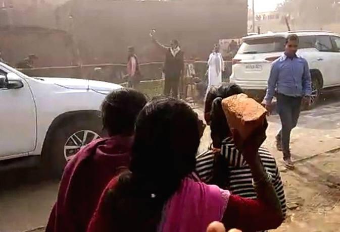 मुख्यमंत्री के काफिले पर पथराव से गाडि़यों के शीशे टूटे, बाल-बाल बचे सीएम