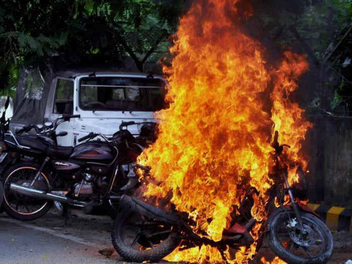 Indore – Man set bike on fire after issued challan by traffic police.
