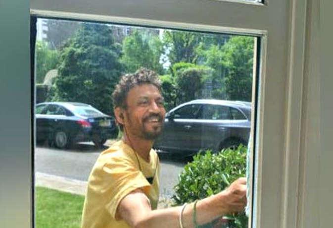 बीमारी से जूझ रहे इरफान खान महीनों बाद दिखे दिल खोल कर मुसकराते, यहां जानें कैसा है हाल