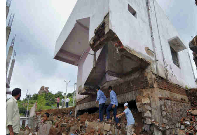 अहमदाबाद : इमारतों के मलबे से अब तक निकाले गए 4 लोग,  राहत व बचाव कार्य जारी