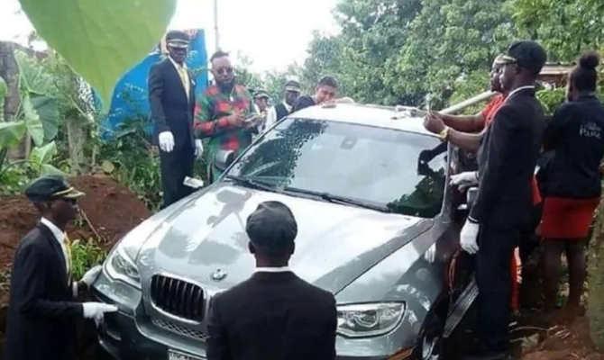 इस इंसान ने लाखों रुपए की नई BMW कार में बिठाकर दफनाया अपने मरहूम पिता को