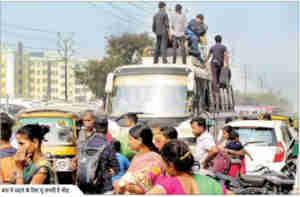 छठ पूजा : बस और ट्रेन में पैर रखने के लिए भी जगह नहीं, लोग कर रहे बस की छत पर यात्रा