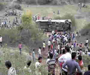 यूपी में दर्दनाक हादसा : मैनपुरी यात्रियों से भरी बस पलटी, 17 की मौत 20 घायल