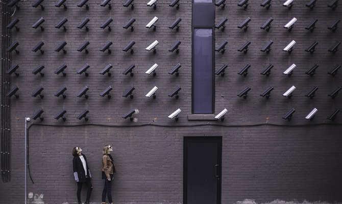 इतना इंटेलिजेंट है यह cctv कैमरा,लाइव रिकॉर्डिंग में खुद ही पकड़ लेता है चोर को!