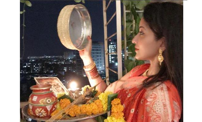 जब बॉलीवुड और टीवी सितारों ने अपने चांद के साथ मनाया करवाचौथ