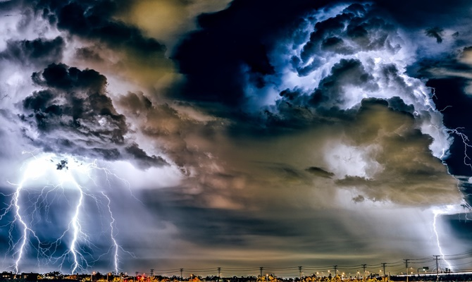 मौसम : चक्रवात कमजोर फिर भी तटीय इलाकों में खतरा बरकरार, पूर्वोत्तर में भारी बारिश