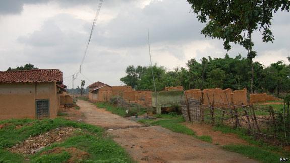 एक गाँव जो खदानों से घिरे टापू में बदल रहा है