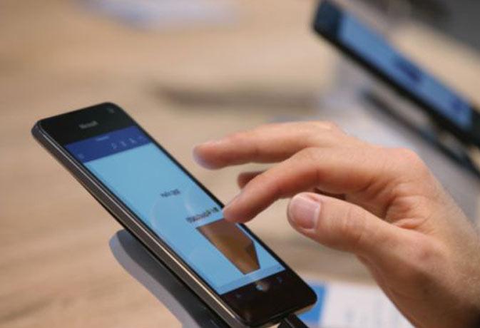 स्मार्टफ़ोन की टूटी स्क्रीन ख़ुद ऐसे बदलें