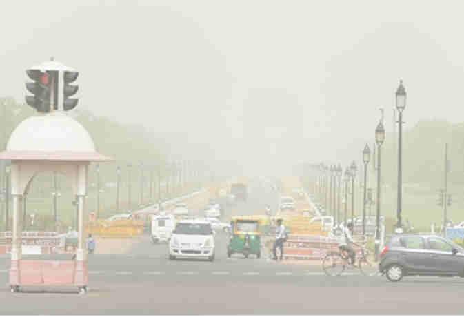 दिल्ली की आबो हवा में जहरीले स्तर पर घुली धूल,  यूपी में आंधी-तूफान से 7 की मौत