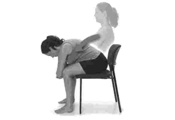 आॅफिस में बैठ कर काम करने वाले डेस्कटाॅप योग करें जरूर, पीठ आैर कमर के दर्द को भगाएं दूर