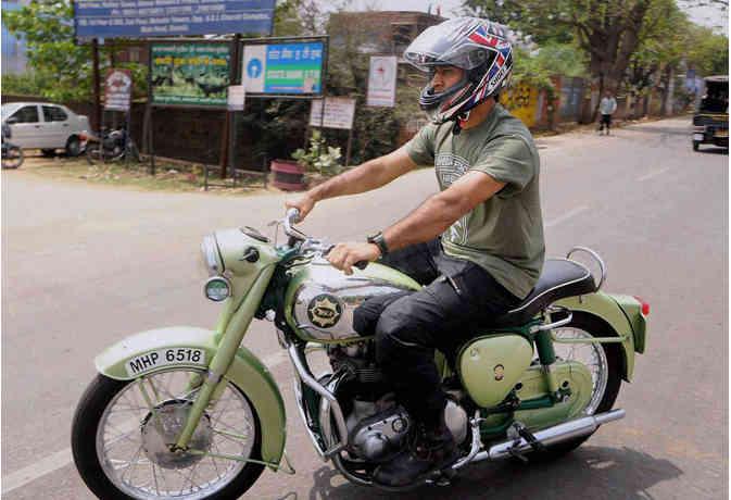 यह थी धोनी की पहली बाइक और अब उनके पास हैं ये लेटेस्ट गाड़ियां, देखें तस्वीर