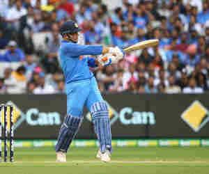 वनडे में मैन आॅफ द सीरीज जीतने वाले सबसे उम्रदराज खिलाड़ी बने महेंद्र सिंह धोनी