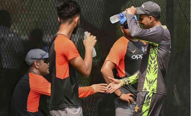 दो महीने बाद मैदान पर लौटे एमएस धोनी ऐसे कर रहे तैयारी,पाकिस्तानी से मिलाया हाथ