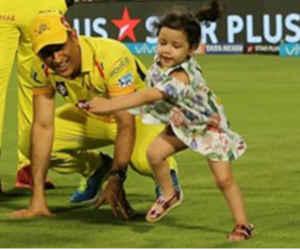 IPL : मैदान पर घुटनों के बल भाग रहे थे धोनी, पीछा कर रही थी जीवा