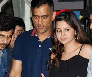 IPL फाइनल से पहले धोनी यहां घूम रहे हैं पत्नी के साथ, सामने आर्इ तस्वीर