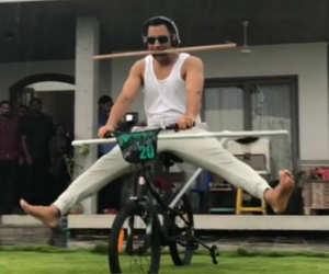 धोनी साइकिल पर कर रहे ऐसा स्टंट, खतरनाक इतना कि आपको करने से किया मना