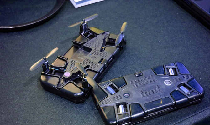 गया सेल्फी स्टिक का जमाना, लॉन्च हुआ ऐसा स्मार्टफोन केस, जो ड्रोन बनकर खींचेगा आपकी सेल्फी!
