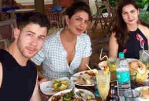 प्रियंका चोपडा़ गोवा में ब्वॉयफ्रेंड निक जोनस संग लंच डेट पर हुईं स्पॉट, देखें तस्वीरें
