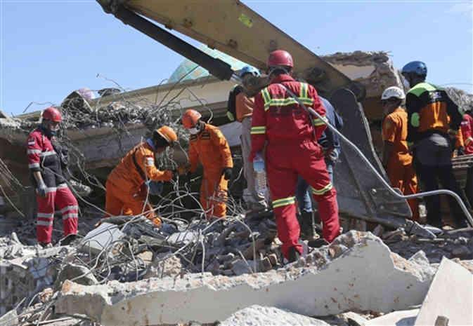 इंडोनेशिया में आए तेज भूकंप के झटकों से अब तक 105 की मौत, 200 से अधिक घायल और 70,000 लोग बेघर