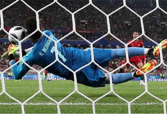 रोनाल्डो का गोल रोकने वाला ये ईरानी गोलकीपर कभी सोता था सड़क पर