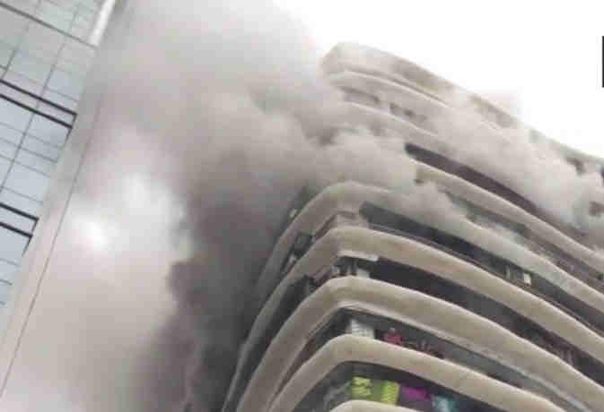 मुंबई के क्रिस्टल टावर में लगी भीषण आग, क्रेन के जरिए फंसे लोग निकाले रहे बाहर