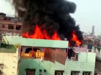 Delhi Fire Tragedy : फैक्ट्री बिल्डिंग में फिर लगी आग,  अग्निकांड में अब तक 43 लोगों की हुई माैत