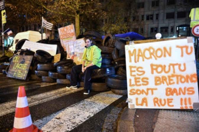 फ्रांस में पेट्रोल-डीजल के बढे दामों को लेकर विरोध प्रदर्शन जारी, राष्ट्रपति ने बुलाई आपात बैठक