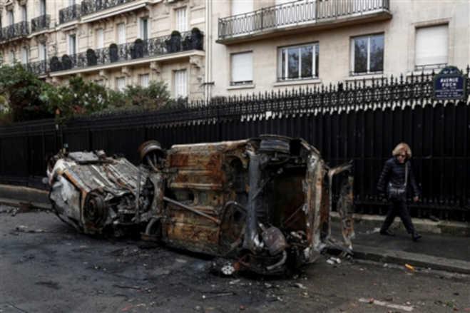 फ्रांस में पेट्रोल-डीजल के बढे दामों को लेकर विरोध प्रदर्शन जारी,राष्ट्रपति ने बुलाई आपात बैठक