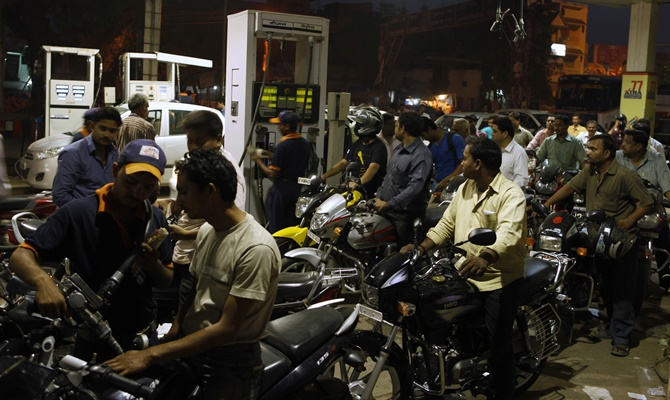 दिल्ली मुंबई में पेट्रोल के दाम आसमान पर, बाकी जगह का भी है ऐसा ही हाल