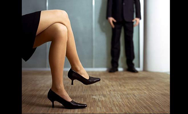 क्रॉस पैर करके बैठने से आप जल्द हो जाएंगे बूढ़े,जाने और क्या हैं नुकसान