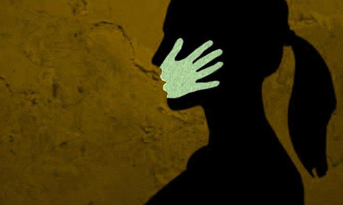 वाराणसी: सरेराह लड़कियों को पीटते रहे युवक और पब्लिक देखती रही