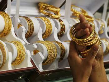 Gold Rate Today: रुपये की मजबूती से सोना-चांदी सस्ता