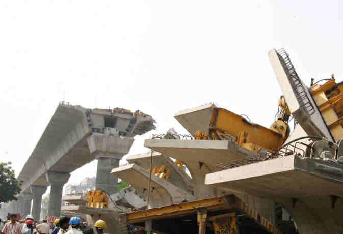 बस्ती में नेशनल हाईवे पर निर्माणाधीन फ्लाईओवर गिरा, मजदूर घायल