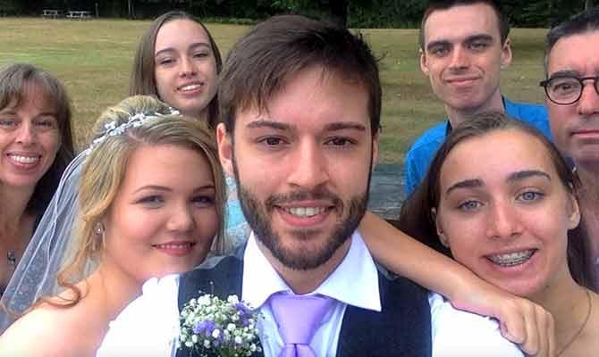 12 की उम्र से शादी के दिन तक हर रोज ली एक सेल्फी और बना डाला दुनिया का सबसे अनोखा वीडियो