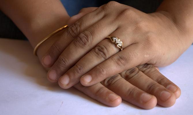 मथुरा में ये दो लड़कियां करना चाहती हैं शादी,लेकिन पुलिस भी नहीं कर पा रही उनकी मदद?