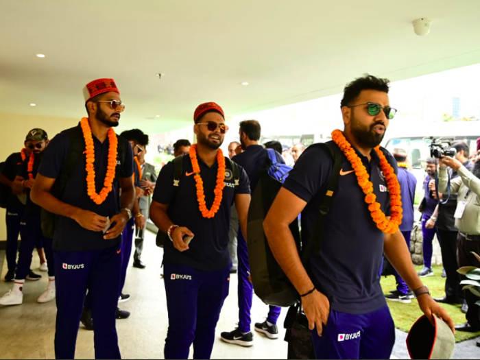 ind vs sa : टीम इंडिया पहुंची धर्मशाला,बदली हुई जर्सी पहने नजर आए खिलाड़ी