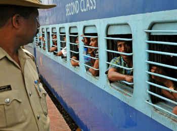दिवाली पर पैसेंजर्स को रेलवे का गिफ्ट, चलाएगी तीन जोड़ी स्पेशल ट्रेनें