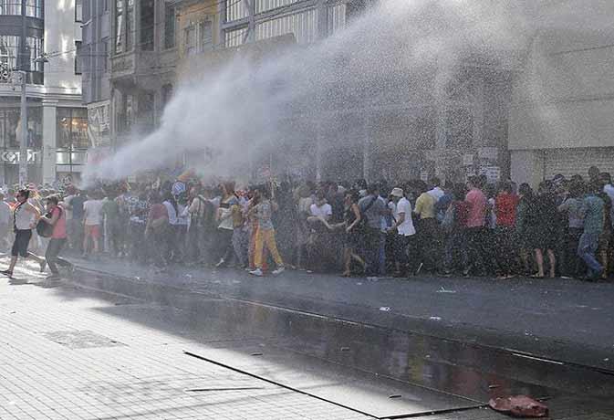 तुर्की पुलिस ने समलैंगिकों की रैली पर फेंके आंसू गैस के गोले