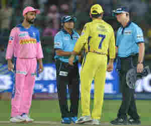 IPL 12 : अंपायर के दरवाजा तोड़ने से लेकर धोनी की लड़ाई तक, इस आईपीएल क्या-क्या हुआ पहली बार