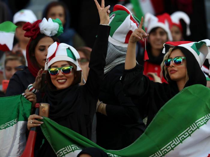ईरान में 40 साल बाद मैच देखने स्टेडियम पहुंची महिलाएं,तस्वीरों में देखें उनकी खुशी