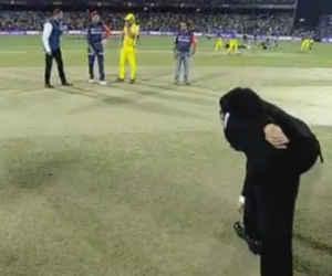 IPL 11 : ऐसे टॉस कौन उछालता है भाई! रेफरी को कई फुट दूर जाकर उठाना पड़ा सिक्का